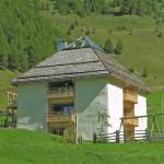 """Wohnhaus in Langtaufers, Italien.  """"Handbuch Strohballenbau"""" von Gernot Minke und Benjamin Krick ,  3. Auflage, S. 106. Architekt: Werner Schmidt"""